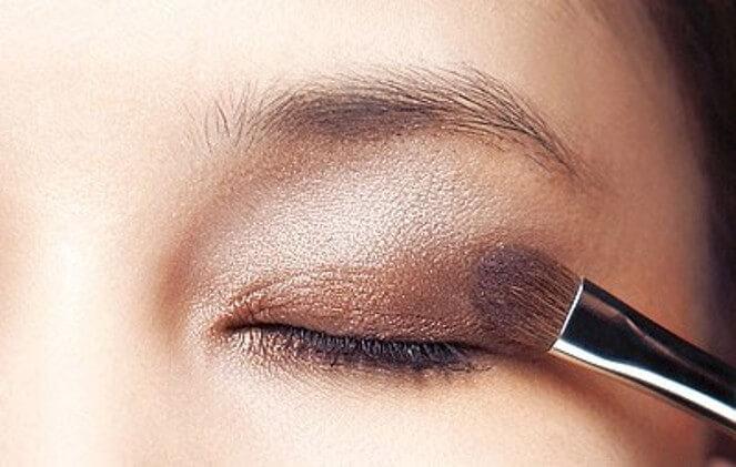 make-up-mau-mat-cho-da-ngam-den
